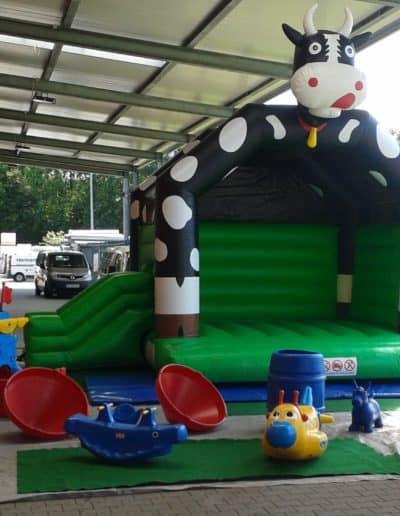 Hüpfburg Kuh, mit kleiner Rutsche und mobilem Spielplatz